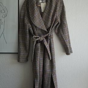 Super smuk jakke/frakke fra Gestuz, helt ny og stadig med tags. Jakken er en str. xs/s, men mere som en one-size, grundet bindebånd.