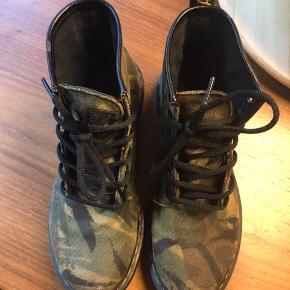 Fine boots fra Dr martens i god stand  Str 37  Byd gerne