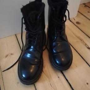 Super fede støvler fra & Other Stories i stil med Dr. Martens  De er meget velholdte, så måske mere 'næsten som nye' end 'gode, men brugte', dog er foret gået lidt til, deraf standen.  Mp er 350kr