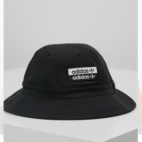 ADIDAS bucket hat~ ny pris 209kr,- ~ sælges for 175 kr inkl levering. ALDRIG BRUGT!