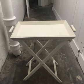 Sødt lille bakkebord, kan klappes sammen og hænges op. God til fx altanen eller små rum. 35x51x62 cm. Trænger til en tur med en klud