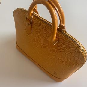 Louis Vuitton Alma i gul EPI-læder  Fin taske i god stand med almindelige brugsspor - tasken er fra 2002.. Mål: 30x23x16 cm.  Der er ægthedsbevis med fra brandshopcph  Vurderet til at være 12000 - 15.000 kr værd af LV butikken
