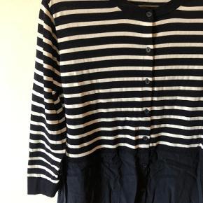 Skjortekjole fra COS  Øverste del af kjolen i rib (100% bomuld)  Mørkeblå/hvid stribet  Trekvart ærmer   Nederste del af kjolen i 100% silke  Str. S  Brugt en enkelt gang   Kan sendes med DAO