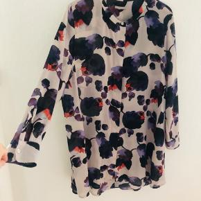 Flot oversize mønstret skjortekjole fra H&M.