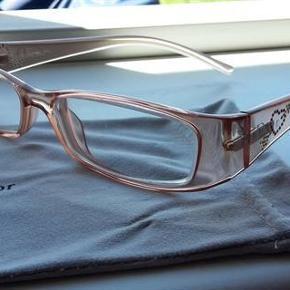 Dior CD 3057/strass T63 damebrille, lys rosa/peach. Lille rødt hjerte/logo på stængerne.  De er med styrke, men glassene kan selvfølgelig skiftes så de passer til ens egen styrke :)  Længde på stængerne: 140 Mellem glassene: 14  Pris: 200 incl. Porto  Du er også velkommen til at komme og hente/prøve dem i Frederikshavn