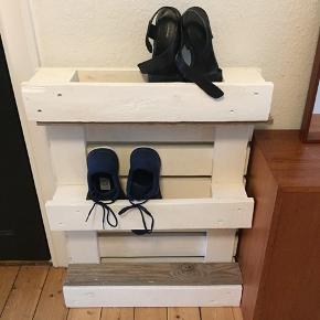 Hjemmelavet reol til f.eks. sko.   Mål:  H: 80 cm  L: 61 cm D: 14 cm