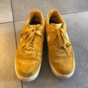 Rigtigt fine nike-sneakers i karry gul/fersken. Sælges, da jeg desværre ikke får dem brugt. Er brugt meget få gange.