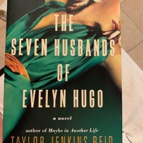 """""""The Seven Husbands of Evelyn Hugo"""" af Taylor Jenkins Reid. Ikke læst da den har stået på hylden i 3 måneder nu. Men fået masse gode anmeldelser. NEW YORK TIMES BESTSELLING"""