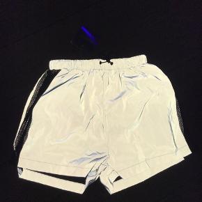 Missguided shorts i reflekterende stof. Aldrig brugt og stadig med mærke.