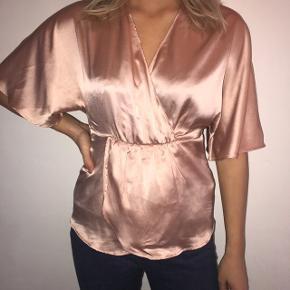 Den flotteste shiny rosa bluse, ca 36 og kun brugt én gang 💕