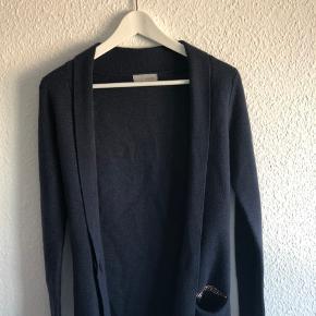Rigtig flot og varm cardigan med flot detalje på lommen, og en stor knap til at lukke på midten 🌟