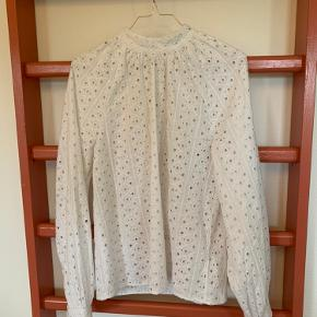 Broderie anglaise-bluse i 100 % bomuld. Raglan/pufærmer.