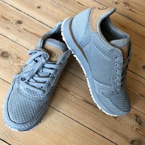 """Forskellige WODEN 👟 sælges.  (se tidligere opslag for samlet oversigt) Skoene er virkelig behagelige og affjedrende med deres korksåler og er super populære, lavet af et dansk firma. Jeg sælger dem dog da jeg desværre ikke går godt I dem grundet en ankelskade.   Alle skoene er i str. 37 og i modellen Nora II.  De grå/blå 👽: Er sprit nye og aldrig blevet brugt. De er i """"flettet"""" stof som giver et super fedt udtryk og farven er lys grå henimod dueblå. Perfekte til sommer Np: 700 kr. Sælges for 550 kr."""