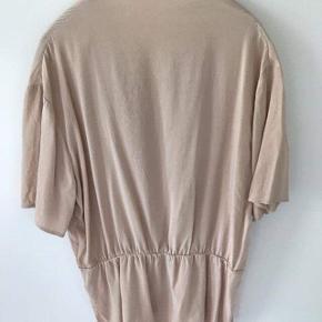 Smuk bluse fra Custommade i 100 % silke. Nypris var 800 kr, og den har ingen brugstegn.   #trendsalesfund