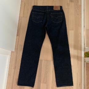 Levis 501 bukser i størrelse 36/34 (vil mene de fitter mindre). Kun vasket en gang