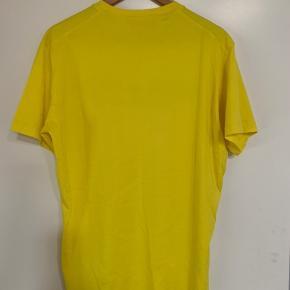 Helt ny t-shirt DSQUARED2 købt d. 13.5.2020 for 1500,- kvittering medfølger