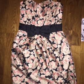 Kort stropløs kjole med blomster og peplum effekt. Str 36