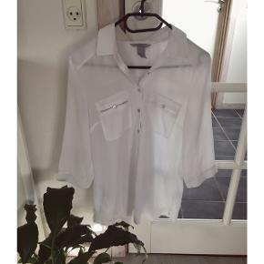 Sød hvis skjorte fra H&M. Skjorten er næsten ikke brugt, men har desværre fået et par små foundationpletter omkring kraven(se billede). Tænker det kan gå væk ved den rette rens. Str 38. 100% polyester.  Kan afhentes i Århus eller Vejle, eller sendes med DAO:)
