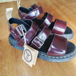 Lækker, og MEGET stilet vegansk sandal fra Dr. Martens.