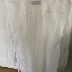 Hvid løs tunika med fine detaljer