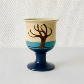 Smuk vinpokal fra Heerwagen Keramik. Skabt af Erling og Karin Heerwagen. Motivet blev skabt til keramikerparrets sølvbryllup for over 25 år siden. Højde: 11 cm. Diameter: 6 / 8 cm