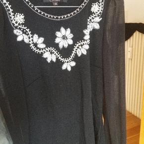 Flot stor tæt siddende kjole med detaljer i perler og palietter! Skriv hvis du vil have billeder af den på 😊
