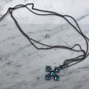 Halskæde fra Pilgrim. Kors med blå sten.