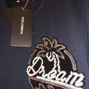 Helt ny og fantastisk flot t-shirt med hånddekoreret detaljer fra tjekkede italienske Dolce & Gabbana.  Købt i butikken i London og kostede 2.500kr  MADE IN ITALY.