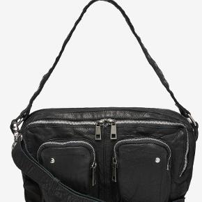 """Sælger denne nunoo taske, det er den store af denne model, det vil sige at man kan have en macbook i 13"""""""