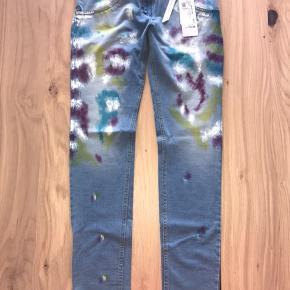 Mega lækre jeans fra freddy wr.up. Nye med tags.  Modellen er low waist i fuld længde, skinny.  Sælger ud da jeg har al al alt for mange freddy bukser til jeg får dem brugt 😊