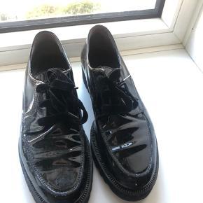 Sorte lak sko. Brugte men i god stand.