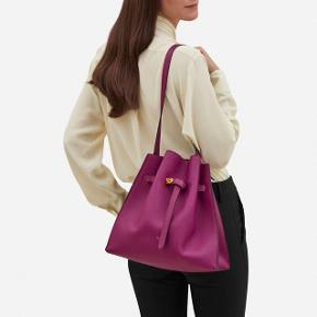 Helt NY og ALDRIG brugt Mulberry Tyndale skulder/crossbody taske. En sjælden model og farve :) Kvittering, dustbag og Mulberry plejemanual hører med :)