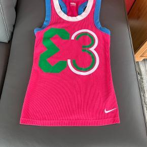 """Nike FIT DRY sports top, kan også anvendes som alm. top  Mulighed for """"Køb nu"""" eller mødes og handle :)"""