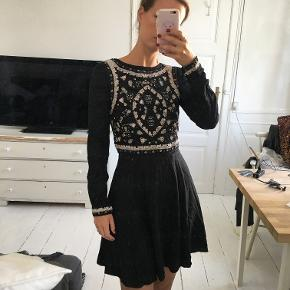 Smukkeste kjole fra H&M med helt bar ryg og de smukkeste perler og broderi. Str xs og sælges for 300 kr. Kan prøves og afhentes i Kbh K.