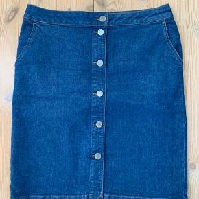 Super fin nederdel fra Gestuz. Desværre købt for stor. Måler ca 42/43 x 2 i livet og er 57 cm lang