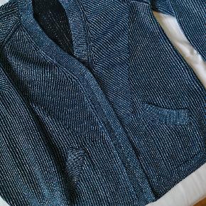 Super fin cardigan med glimmer i stoffet, fine ærmer og lynlås.  Str S men oversize.  Model: Rafajel.  Brugt få gange. Der er et par løse tråde, der kan ordnes, men ellers som ny.