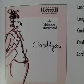 Varetype: Fil Coupe, by Vivienne Westwood cardigan Størrelse: Small Farve: pudder/guld Oprindelig købspris: 1949 kr.  Lækker cardigan fra wolford fra serien Fil Coupe der er designet af Vivienne Westwood. Denne er i en delikat stretch i hudfarvet/pudderfarvet, med en sart tråd mønster i guld, og med lysebrune knapper.  Farven hedder hos wolford powder/gold