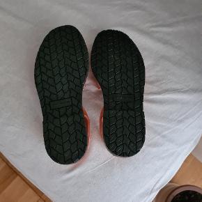 Mega fede sandaler, som desværre er for små til mig... de har aldrig været andet end prøvet på Det er en lille størrelse 39, så jeg vil mene de er til en normal størrelse 38.