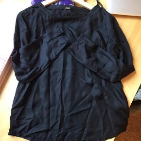 Sort bluse i 100 % silke. Sælger kun hvis det rigtige bud kommer 😊