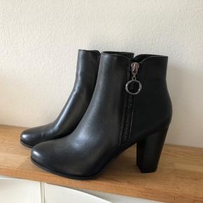 Super flotte støvler, desværre købte for små da det var det sidste par og jeg troede jeg kunne (med lidt god vilje) bruge dem.   De er en helt alm. størrelse 38.   Kun prøvede på. Aldrig gået med.