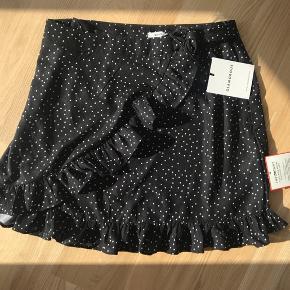 Flotteste nederdel fra mærket Glamurous, sælges da jeg desværre ikke får den brugt. Det er en størrelse 36, svarende til en small. Nypris er 279 kr.  Kan afhentes i Risskov eller sendes med DAO☀️