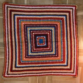 Hæklet hygge tæppe/plaid.  Mål: 110x110 cm  🌷🌷 Kan afhentes i Valby. Sender kun ved køb på over 200kr. Pakker kan sendes med DAO eller GLS for 45kr