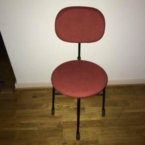 Sælger denne fine stol fra Menu.  Stolen er lavet i rosa ruskindslignende stof med sorte ben, som gør den meget dekorativ. Den er sprit ny, så spar 450 kr. fra normalprisen på 2400 og gør et godt køb.  Flere stole haves, så kontakt mig endelig hvis der ønskes en mere eller du har andre spørgsmål.