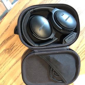 Bose Noise reduction wireless headphones 35 generation I. Virker som de skal. Sælges billigt fordi inderside puden på venstre øre er gået i stykker, så skal højst sandsynligvis skiftes. Er købt for under et år siden. Nypris: 2300kr. Kvittering haves ikke. Etui medfølger.