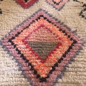 Så fint Marokkansk Boucheroite tæppe. Har ligget i min stue kun i et par måneder, så er som nyt.  Kan vaskes på 30 grader og leveres nyvasket.  Måler 60x100cm ( 112 i længden, hvis frynserne måles med)
