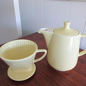 Fineste lysegule retro kaffekande og kaffefilter i porcelæn. Anvendeligt og dekorativt, i meget fin stand.
