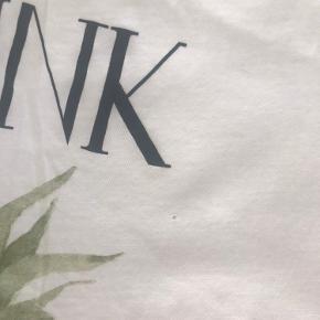 Ganni T-Shirt str. S. 100 % cotton. Der er et lille hul efter et badge (se billede to).