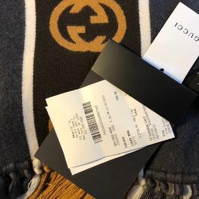 💥 helt nyt Gucci halstørklæde - købt i NYC til en gave, men var desværre ikke et hit. Super flot 100% uld. Prisen er fast. Kommer med kvittering, æske og prismærke på. 💥 W35cm L180cm