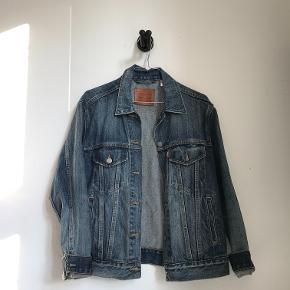 Rigtig fed Levi's denim jakke i str S. Brugt få gange og fremstår som ny. Kan sendes med DAO eller afhentes på Frederiksberg
