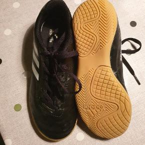 Adidas indendørs fodboldstøvler str 32 I god stand  Mp 100 kr